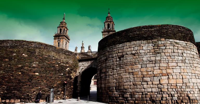 Muralla de Lugo con cielo con polución