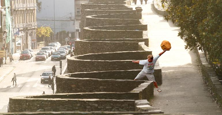Lanzando piedras desde la muralla