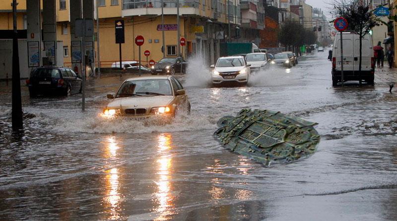 El temporal de lluvia y viento arranca los escudos franquistas de la fachada del IES Nosa Sra. dos Ollos Grandes