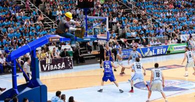El Breogán consigue arrancar en casa su primer partido de ACB gracias a unos videomarcadores a manivela