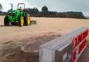 Un agricultor de Muxa ara por error el nuevo Leira Parking del HULA al confundirlo con terreno de labradío