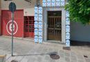 Puertas blindadas con garrafas, el sistema definitivo contra los orines de perro patentado por un vecino de la Rúa Ourense