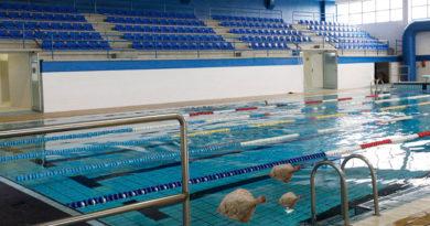 La falta de limpieza en las piscinas municipales propicia el asentamiento de una familia de rodaballos