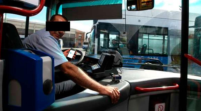 El conductor de autobús al que grabaron usando el móvil estaba consultando la nueva App para saber su itinerario