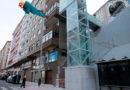 Un fallo mecánico en el ascensor de Fontiñas lanza por los aires a un vecino de 70 años