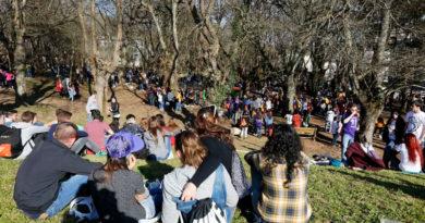 Cientos de jóvenes se reunieron en la fiesta de A Carballeira para poner en común sus opiniones sobre Nietzsche y Kant
