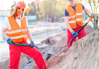 Lara Méndez cierra campaña paleando arena para la nueva playa fluvial a grito de '¡Todavía tenemos tiempo!'