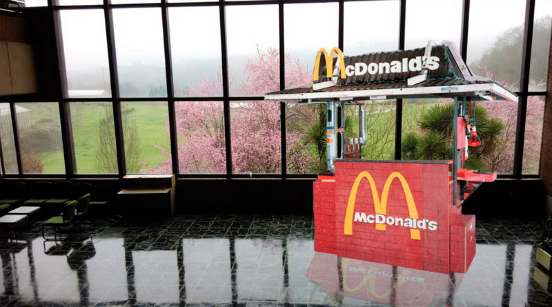 McDonald's coloca un stand en veterinaria para fichar a los estudiantes menos afortunados en la selectividad
