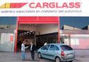 Los gorrillas del HULA acompañan a Carglass a los usuarios de los coches con las ventanillas rotas