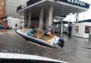 Un vecino de A Piringalla aprovecha las inundaciones para repostar su lancha en la estación de servicio San Rafael