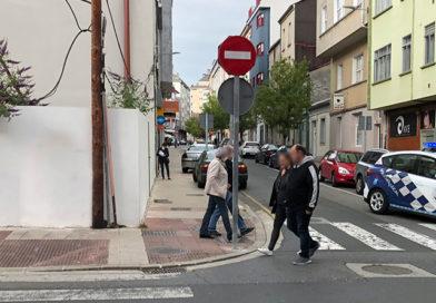 Un grupo de gamberros cambia durante la noche la señalización de 4 calles en A Milagrosa y causa un caos en el tráfico