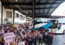 Concentración masiva de estudiantes universitarios en la estación de autobuses para despedir al 'Freire'