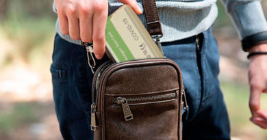 Un lucense diseña un bolso repleto de test de antígenos para los negacionistas que quieran ir de bares