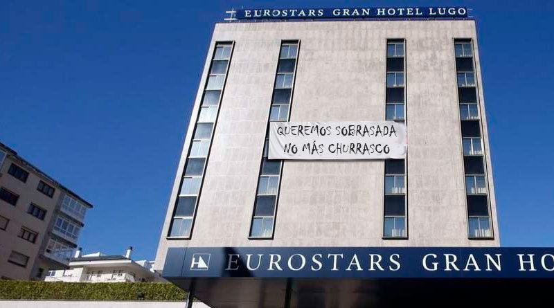 50 estudiantes llegados de Mallorca encerrados en el Gran Hotel por un macrobrote exigen sobrasada a la dirección